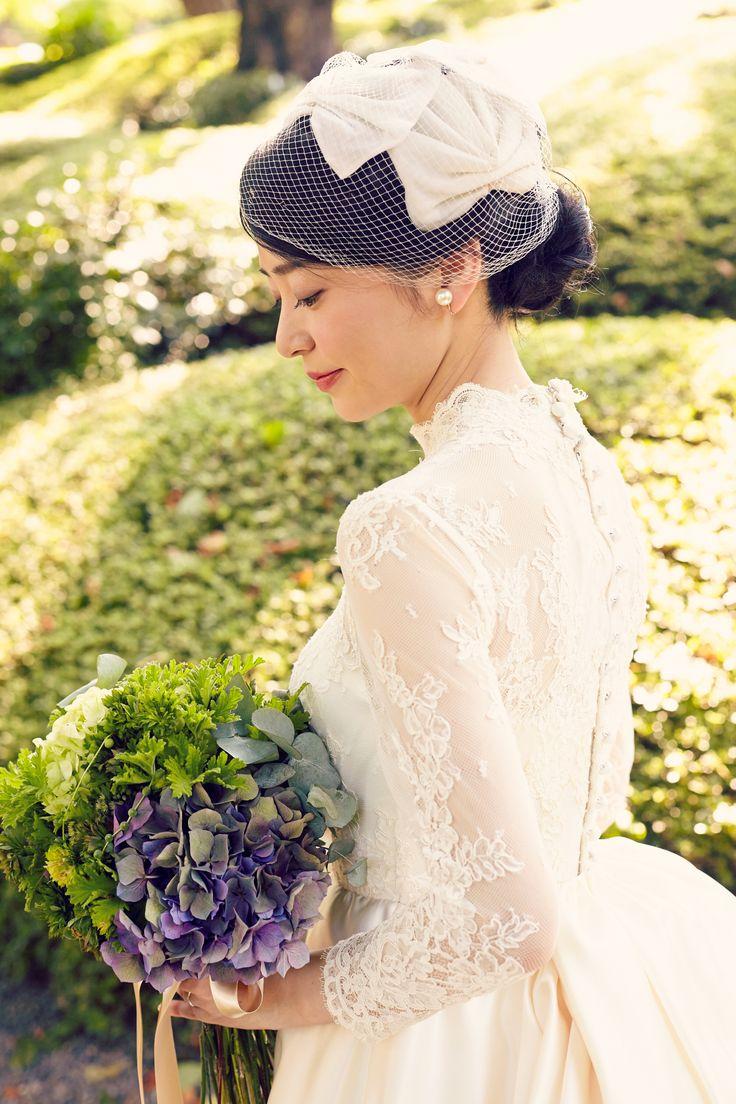 八芳園にてご結婚式  フランスレースのハイネック、ロングスリーブのクラシカルで清楚なウェディングドレス  アンティークハット相性が良く、クラシックな会場でご結婚式を行う花嫁様におすすめ。