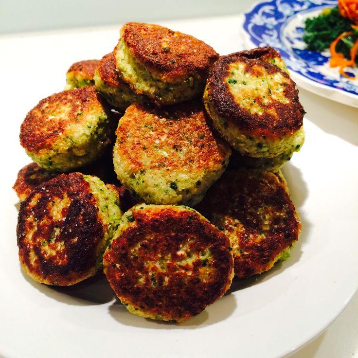VEGGIE BALLS 3-4 portioner  1/2 blomkål 1/2 broccoli 1,5 dl kikärtsmjöl eller valfritt mjöl, till exempel mandelmjöl, rismjöl, bake pro 2 tsk spiskummin 1 tsk chilipulver 1 tsk örtsalt 1 tsk timjan 1 msk fiberhusk 2 cm riven färsk ingefära 1 ägg Kokosolja till stekning