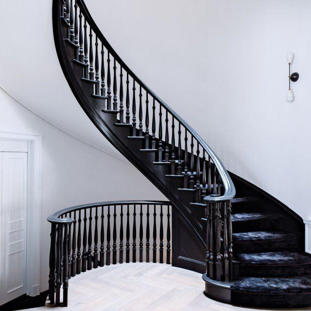 L'escalier, qui relie l'entresol aux étages dessine un S ultra-graphique.La rambarde en bois, d'époque, est peinte en noir, comme les marches. La verrière du dernier niveau éclaire la cage.