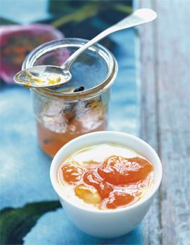 Recette Confiture d'abricots à la vanille : Ouvrez les abricots en 2, retirez les noyaux et mettez les oreillons dans un faitout avec le sucre et le jus de citron. Réservez quelques noyaux.Fendez la gousse de vanille en 2 sur sa longueur et grattez les graines dans le faitout. Portez à ébullit...