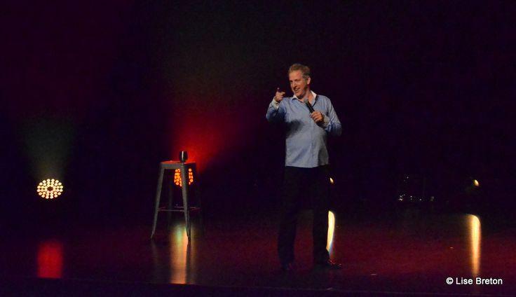François Massicotte sur la scène de la Salle Albert-Rousseau à Québec avec son show Jugez moi !