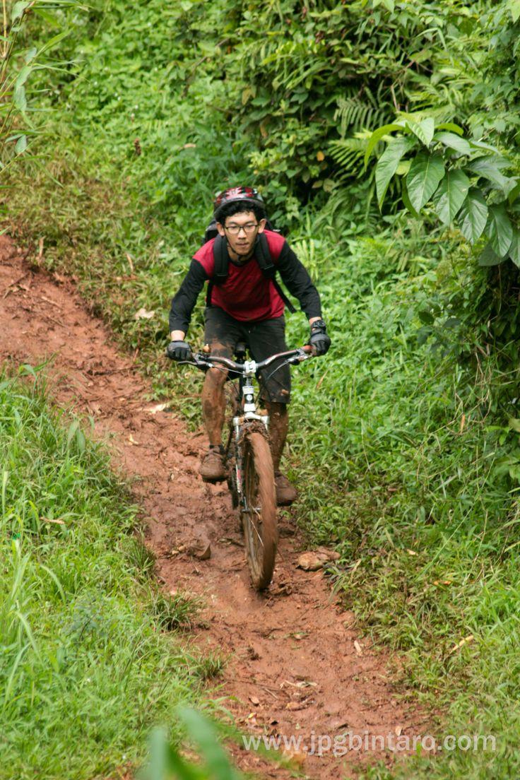 Turunan S di Jalur Pipa Gas kawasan bersepeda gunung, baik prof maupun amatir, baik newbie maupun advance.   klik juga : http://www.flickr.com/photos/photopocket/