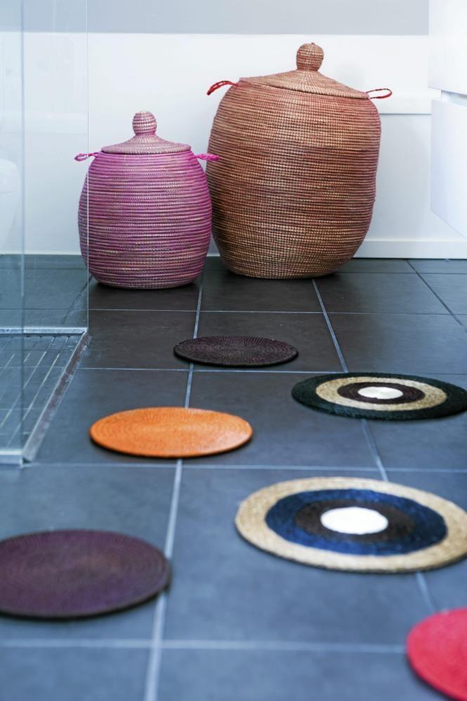 De små, runde teppelappene på gulvet er fargerike og liver opp baderomsgulvet. De fungerer også fint sammen med de orientalske kurvene inntil veggen.