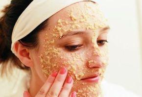 Una de las características de la piel grasa es la presencia de poros visiblemente dialatados ya que éstos se abren para permitir que las secrecciones sebáceas sean expulsadas. Como consecuencia, el cutis tiene una textura rugosa y poco uniforme y la suciedad tiende a depositarse en el interior de los poros apareciendo los puntos negros …