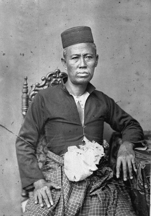 COLLECTIE TROPENMUSEUM Studioportret van een pangeran uit Langkat.