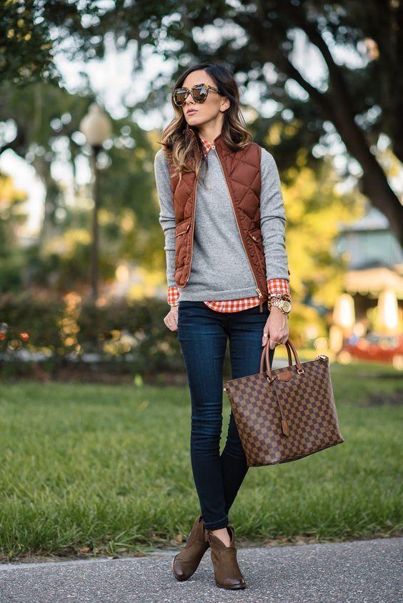 8 dicas para acertar na combinação com colete. Colete puffy, suéter cinza, camisa xadres, calça jeans, ankle boot marrom,