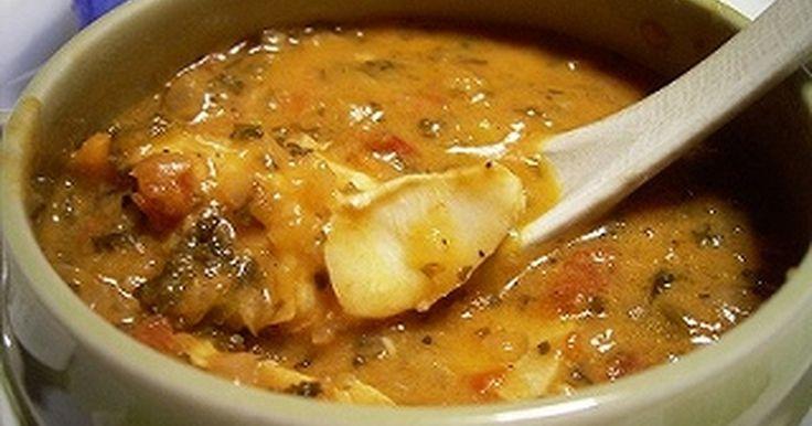 ムケッカ(ムケッカ・バイアーナ)は、ブラジル・バイーア地方の郷土料理の魚介のシチューです。ご飯にかけていただきます。日本で手に入りやすい材料で、家庭でも作りやすいようにアレンジしました。ブラジルからの帰国子女の友人にも好評だったレシピです。