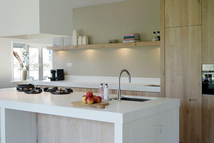 Eiken keuken handgemaakt door Sijmen Interieur. Aanrechtblad van Himacs met geïntegreerde branders van Pitt cooking. #vakmanschap #maatwerk #design #handmade #kitchen #keuken #keukeneiland #pittcooking #quooker #himacs #interior