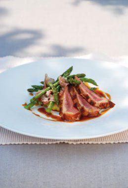 Gebakken eend met romige polenta, gebakken aspergepunten en coppa, jus van tapenade - Culinaire Ambiance - Philippe Van den Bulck !