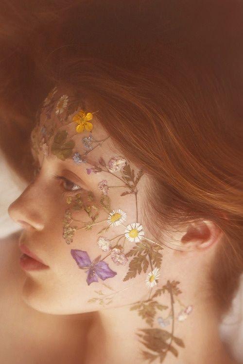 Les fleurs séchées, des bijoux de peau éphémères et romantiques