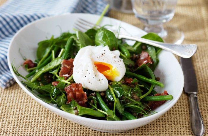 Recept på spenatsallad med linser och pocherat ägg.