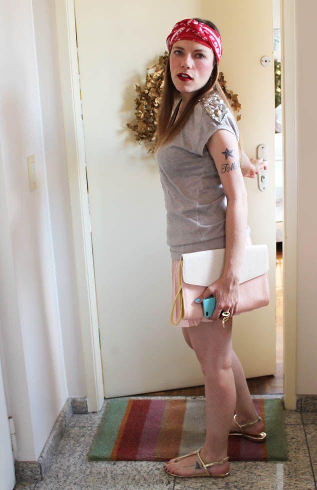 Não sei se é porque chegou o verão, mas estou realmente em uma fase lenço estampado. Primeiro mostrei na bolsa, depois no pescoço, e agora… … Na cabeça! Quem curte? Eu adoro, acho que dá um ar mais moderno para um look meio menininha, como esse com saia plissada rosa bebê. Os acessórios também são …