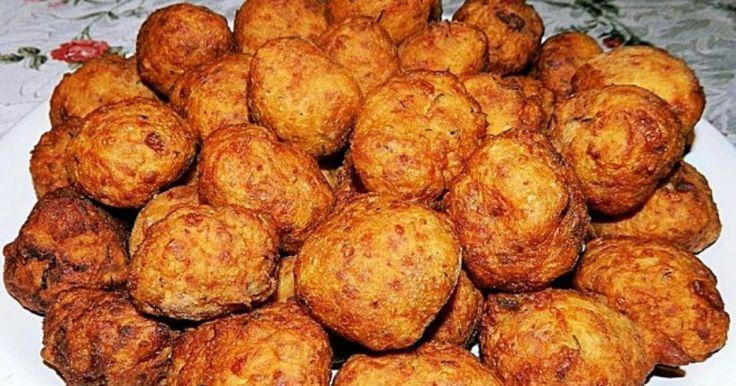 """Un preparat ieftin şi rapid e chifteaua din cartofi pe care orice  gospodină a gătit-o cel puţin o dată. Cu multă verdeaţă, cu brânză de  vaci ori telemea, deliciosul aperitiv este simplu, gustos şi sănătos.  Reţeta chifteluţelor din cartofi o regăsim în lucrarea celebrului  gastronom Radu Anton Roman, """"Bucate, vinuri şi obiceiuri româneşti""""  (Editura Paideia)."""