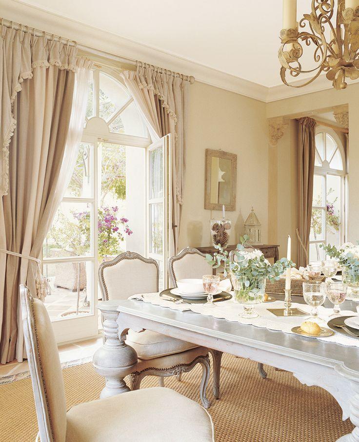 00161224. Comedor de estilo francés con sillas tapizadas en blanco_00161224