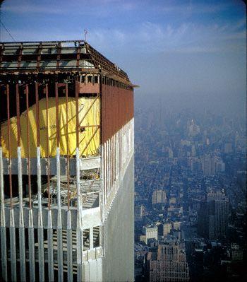 Diseñado a principios de la década de 1960 por Minoru Yamasaki y Asociados, de Troy (Míchigan), y Emery Roth e Hijos, de Nueva York. Las Torres Gemelas, de 110 pisos cada una. La piedra fundamental del World Trade Center se colocó el 5 de agosto de 1966. La Torre Norte se completó en diciembre de 1972 y la Torre Sur fue finalizada en julio de 1973.