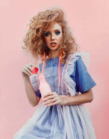 Коттоновое монохромное платье oversize с клешем от линии талии. Верх платья декорирован карманами. Платье-фартук выполненно из нежной сетки создает многослослойность образа. Изделие декорированно обилием рюш, на переднике контрастная отделка голубого цвета в виде сборки.     #dress #pink #campaign #photo #рожевозалежна #ukrainianbrand #ukrainiandesigner #madeinukraine #JuliaGurskaja #JuliaGurskaja_designer #fashionbrand #fashiondesigner #boutique #lookbook #trend #shopping #ЮлияГурская