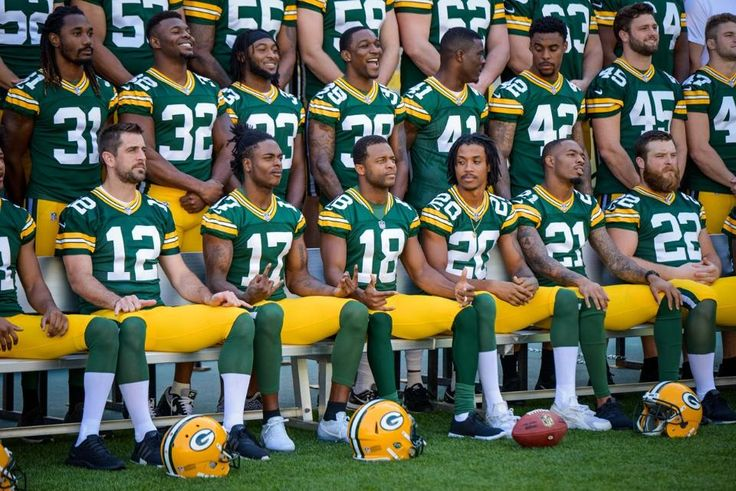 Making of the Packers' 2017 team photo...look at that front row...fingers...