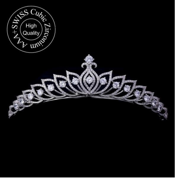 Véritable bijou, Placez ce diadème de prestige dans votre coiffure de mariée pour être la plus belle.