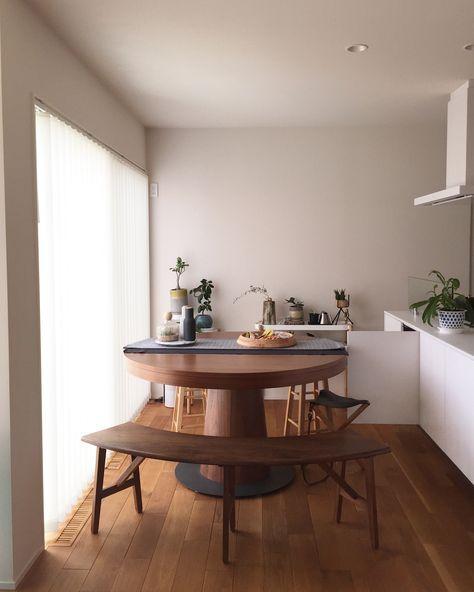 ・ ・ テーブルをこの位置に置いたら キッチン収納の扉は開けれますか?とのことですが、 こんな感じでギリギリ開けることが出来ますよー ・ テーブルは直径130センチです✨ 肝心なキッチンと窓の幅を計ってくるのを忘れて しまいました(七五三で北海道に帰ってきてます) ・ 後でこのpostに追記しておきまーす♡ ・ ・ #ダイニングテーブル#家具#インテリア#ベンチ#キッチン #キッチン収納#センタークロス#IKEA#ペッパーミル#menu#木皿#スノーピーク#北海道神宮#紅葉#綺麗でした