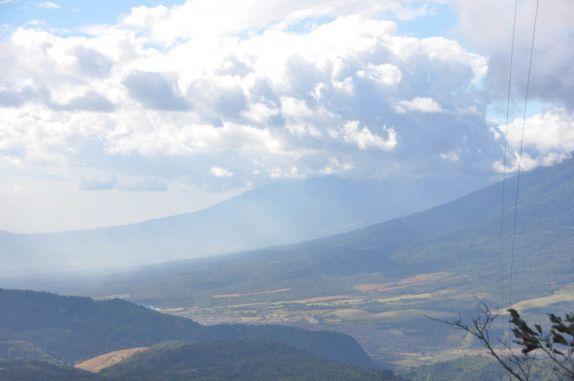 A grandiosa paisagem com duas encostas vulcânicas observadas do vulcão Pacaya, próximo à Antigua, na Guatemala