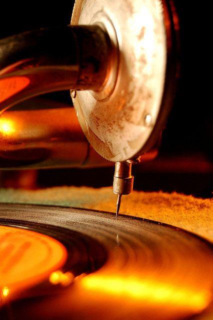 vintage phonograph  yo conoci el sonido en algo asi hace  55 años......y agradezco a PHILLIPS su colaboracion a abrirme el UNIVERSO DE LA MAS HERMOSA DE LAS ARTES-----LA MUSICA