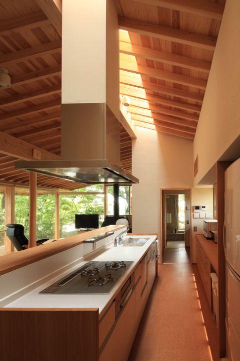 広めのアイランドキッチンにして、カウンター代わりに。ガード収納。カウンターにグラスなどを収納。