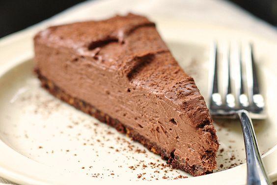 Σοκολατένια, ανάλαφρη και πανεύκολη τούρτα που θα φτιάξετε στο πι και φι. Το γιαούρτι αναμειγνύεται υπέροχα με τη σοκολάτα δίνοντας μια υπέροχη συνταγή για τούρτα!