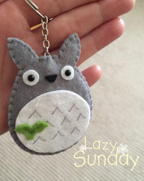 Quelle meilleure façon de soutenir votre amour pour totoro quavec cette broche ! Totoro est cousu à la main et fabriqués à partir de feutre
