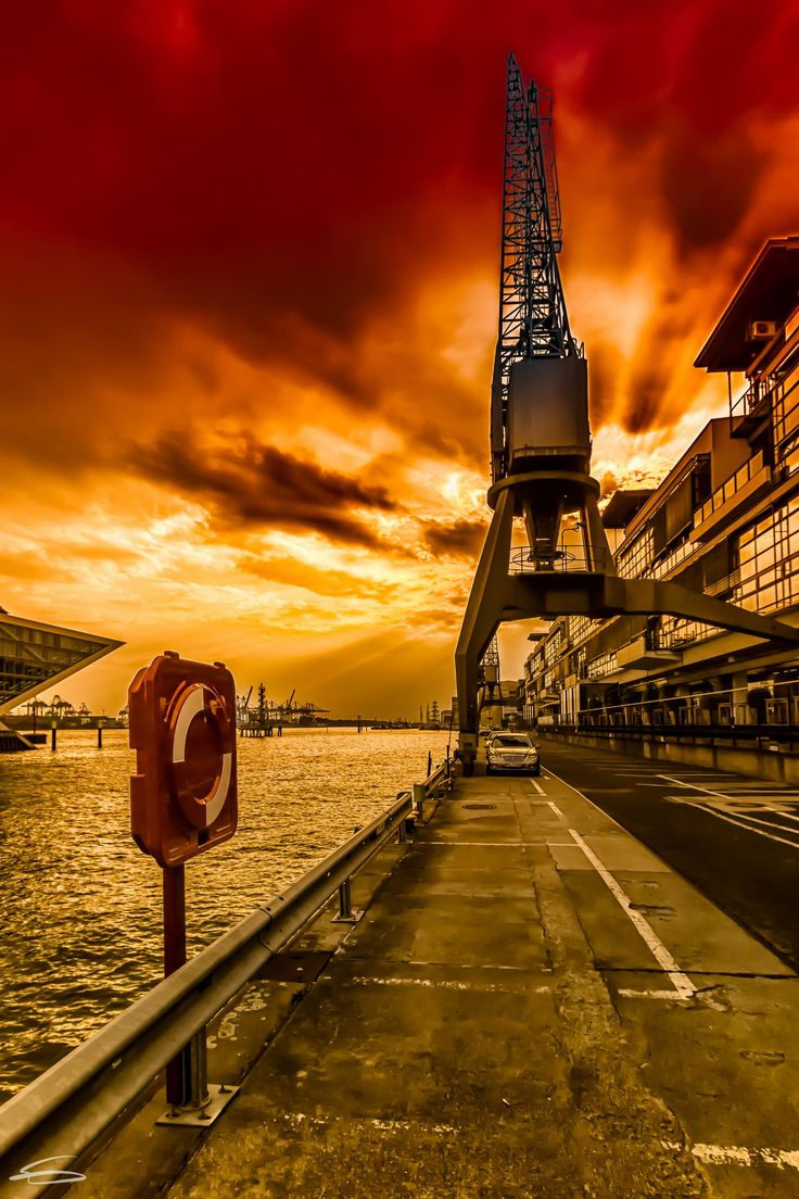 Under a blood red sky by Rob Menting on 500px. Hamburg.