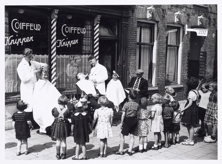 Kappers knippen en scheren hun klanten op straat. 1938