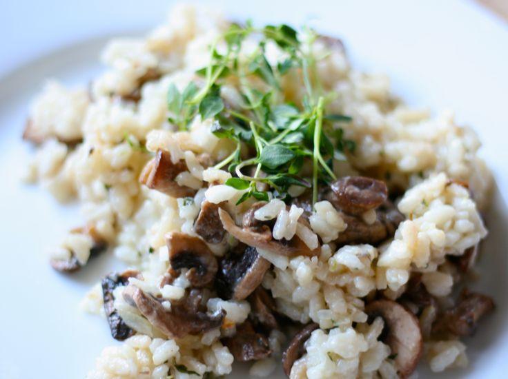 Risotto är, i min mening, den perfekta bjudmaten. Smakar mer än vad den kostar i tid och pengar. Såhär i snart sommartider tycker jag den kan serveras med grillat och/eller en fräsch sallad till. Svamprisotto ( 4 portioner med tillbehör, 2 portioner vid ensamrätt) 2 dl risottoris ( ex arborioris)8 dl svampbuljong2 vitlöksklyftor1 gul lök300…