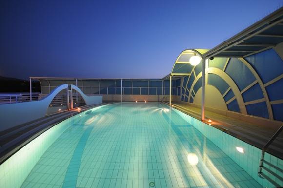 Albergo a Chianciano Terme con piscina  La piscina è costruita a più di 20 metri di altezza e la sua terrazza domina tutta la cittadina di Chianciano, regalando un panorama mozzafiato.      Nelle giornate più limpide si riescono a vedere persino i 3 laghi: Trasimeno, Chiusi e Montepulciano e lo sguardo spazia fino agli Appennini. Un luogo unico: pur essendo l'hotel centralissimo, qui regna la calma e la brezza mitiga l'afa delle giornate più calde.