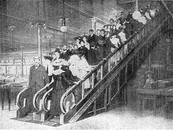 Οι πρώτες κυλιόμενες σκάλες σε διάσημο πολυκατάστημα, όπου πολλοί χρήστες τραυματίζονταν και τους κέρναγαν κονιάκ και αμύγδαλα για να ξεπεράσουν την ταλαιπωρία - ΜΗΧΑΝΗ ΤΟΥ ΧΡΟΝΟΥ