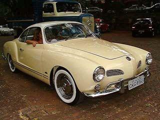 O primeiro é esse Karmann-Ghia 1963 que já saiu até no BestCars. É bravinho, esse KG. Vou pintar essas rodas cromadas. Não gosto de rodas cromadas.