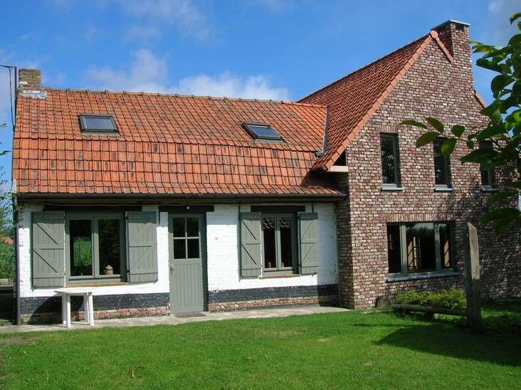 mooie bakstenen zonder voeg, afwisseling baksteen en geverfde muur leuk, Niet onze stijl: groene raamlijsten
