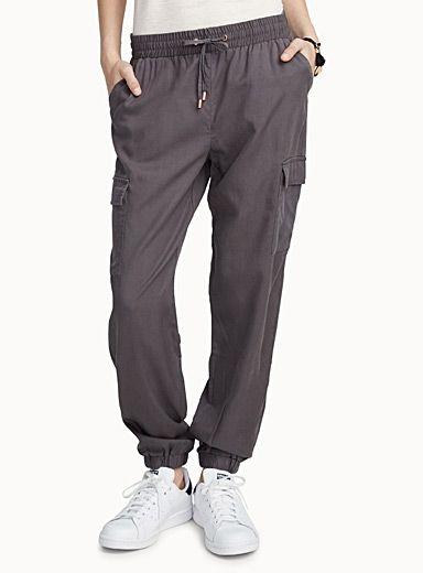 Exclusivité Twik - Un pantalon fluide qui se porte aussi bien chic avec un talon ou une ballerine, que relaxe avec une espadrille ! - Multipoches utilitaires - Taille élastique ajustable sur lacet coulissant à nouer au devant - Chevilles élastiques Le mannequin porte la taille petit