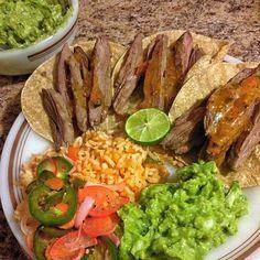 Tacos de arrachera con salsa de habanero, arroz de jitomate, guacamole con cebolla y jalapeño y verduras marinadas en limón