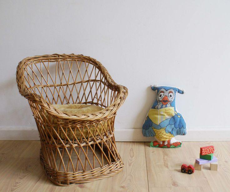 Vintage rotan mini fauteuil. Bruin rieten retro kinder stoeltje met rond kussen.