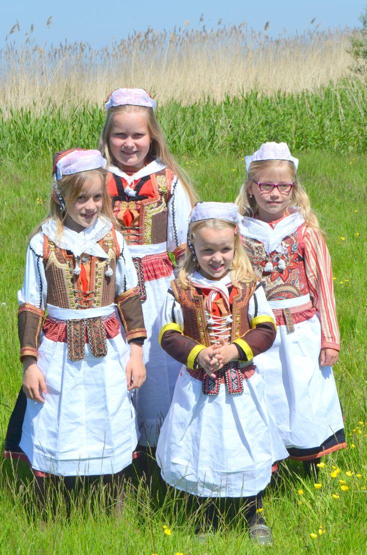 Marken meisje in dracht voor een bruiloft #NoordHolland #Marken Marken girls in costume for a wedding.