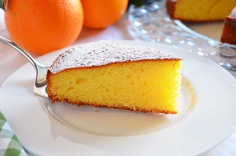 La ricetta della torta all'arancia è tanto semplice quanto buona. La torta all'arancia, dal gusto delicato e dal piacevole profumo di arance, è perfetta nei periodi autunnali e invernali per una colazione o una merenda sana e leggera.