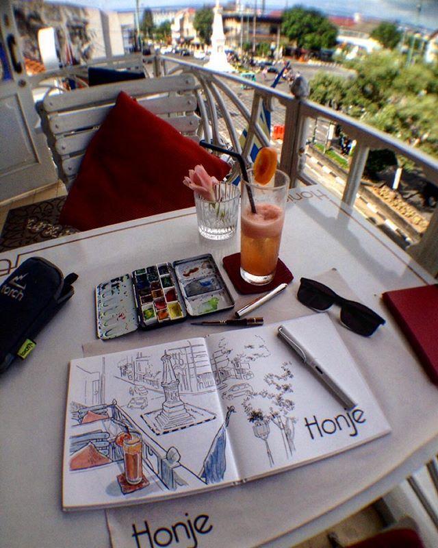 Leyeh2 sambil sketsa suasana kota? Mau #weekendsketching dimana kali ini, #sketchwalker? Sketch by @coretanino