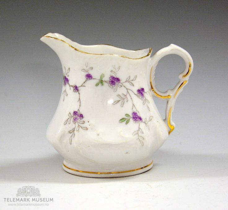 Fløtemugge fra Porsgrund Porselen. Produksjonsår: 1900-1914. Håndfarget ståltrykk - lilla blomster