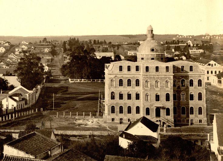 Edifício da UFPR em construção em 1912, com uma chácara ao fundo, onde hoje  é o Teatro Guaíra. Volk/Acervo Paulo José da Costa.