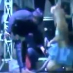 Indonesische Sängerin auf der Bühne von Königskobra getötet