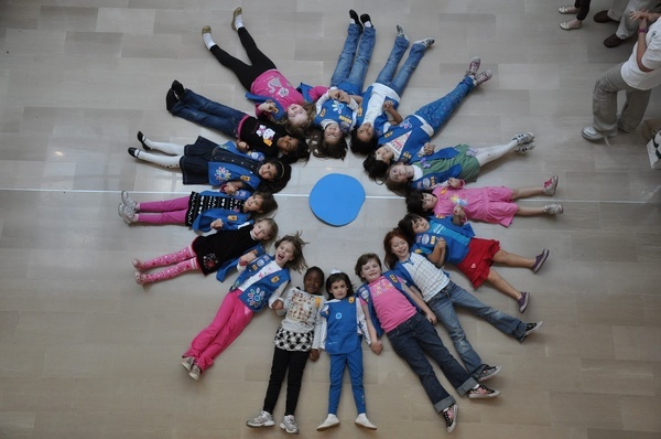 Cute picture idea for our Daisy Girl Scouts - girls as petals around a Promise Center!