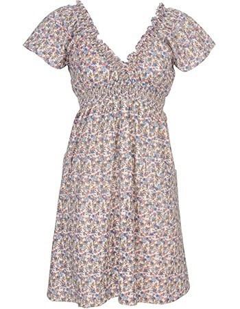 Jurk Luana is een mooie vallende duurzame jurk van het Engelse label Bibico. De jurk heeft een v-hals aan de voorkant en twee schuine steekzakken aan de zijkant. Net onder de borsten zit een brede elastische band die ervoor zorgt dat de jurk mooi aansluit. De jurk heeft een vrolijke bloemenprint en is afgewerkt met een onderjurk. Jurk Luane is een heerlijke jurk omdat je hem overal naar toe kan dragen. De jurk is gemaakt van 100% biologisch katoen