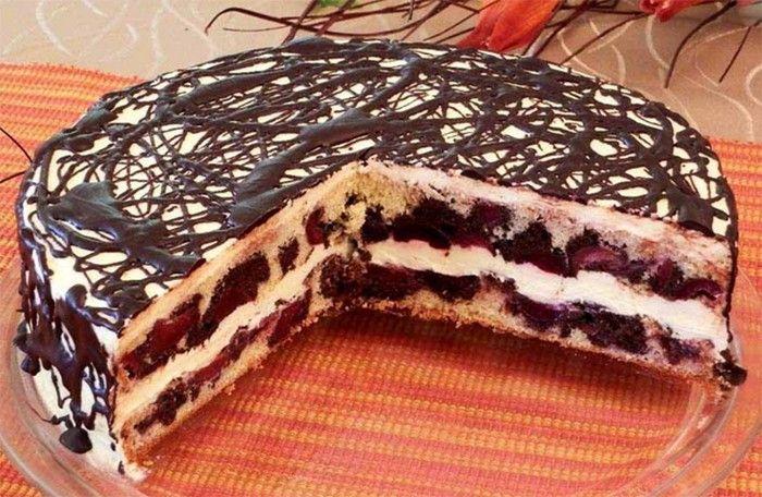Velmi chutný dort plný třešní.