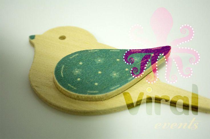 Ξύλινη φιγούρα μπομπονιέρας ή λαμπάδας Πουλάκι με Γαλάζιο φτερό, από πραγματικό ξύλο και όχι απομίμηση.
