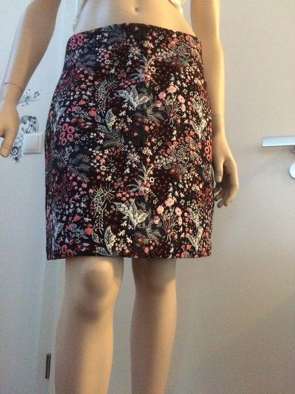 Mein Kurzer Sommerrock mit Blumenmuster  von H&M! Größe 42 / L / 14 für 7,00 €. Sieh´s dir an: http://www.kleiderkreisel.de/damenmode/minirocke/151423980-kurzer-sommerrock-mit-blumenmuster.