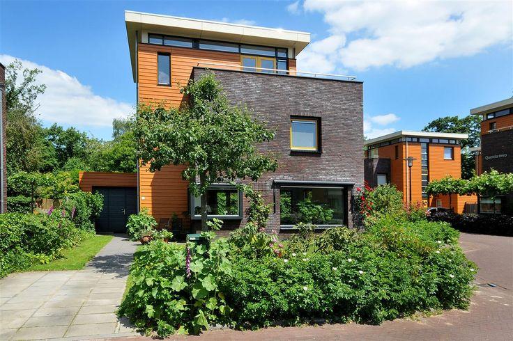 Royaal modern en eigentijdse vrijstaande villa met aangebouwde garage en gelegen op een ruim zonnig perceel. De villa ligt in een rustige kindvriendelijke straat, nabij de Posbank, kasteel Biljoen en het toekomstige natuurgebied bij de IJssel.